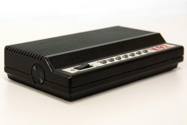 Un módem externo que permitía a una computadora conectarse a otras redes usando la línea telefónica