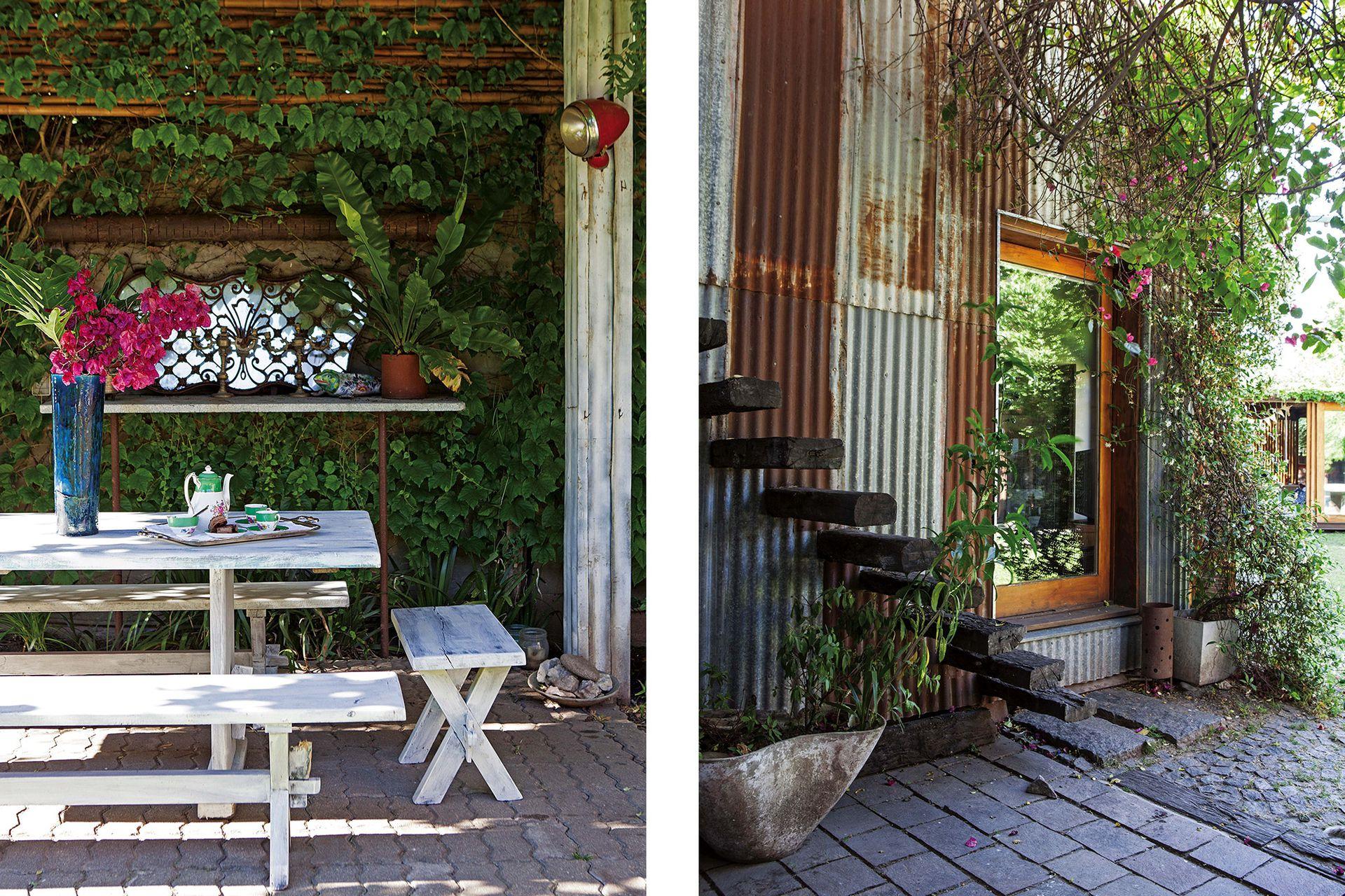En el quincho, mesa y bancos de madera pintados de blanco y un espejo de anticuario.