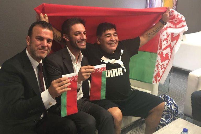 Maradona, con la bandera de Bielorrusia, firma su contrato con el Dynamo Brest