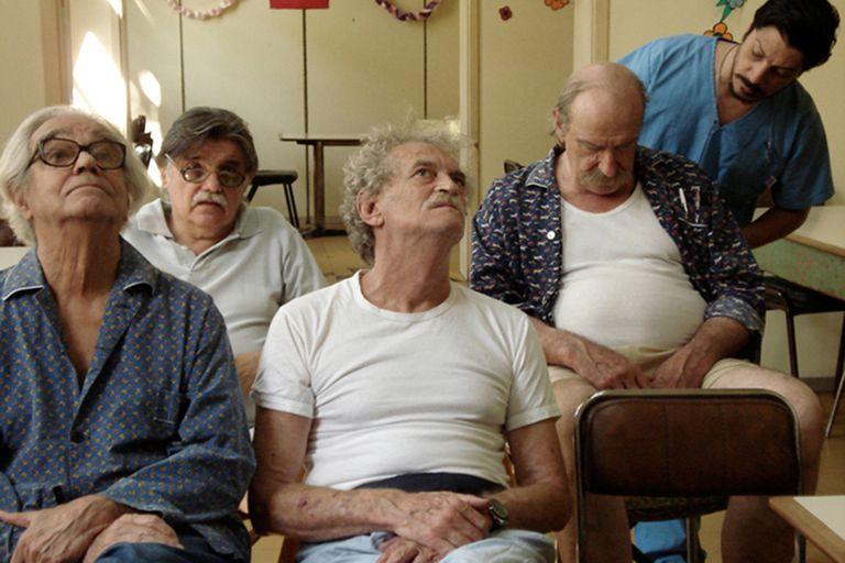 """Ferrari, Fogwill, González, Laiseca y Sergio Pángaro en una escena del film """"El artista"""", de Cohn-Duprat, disponible en Flow"""
