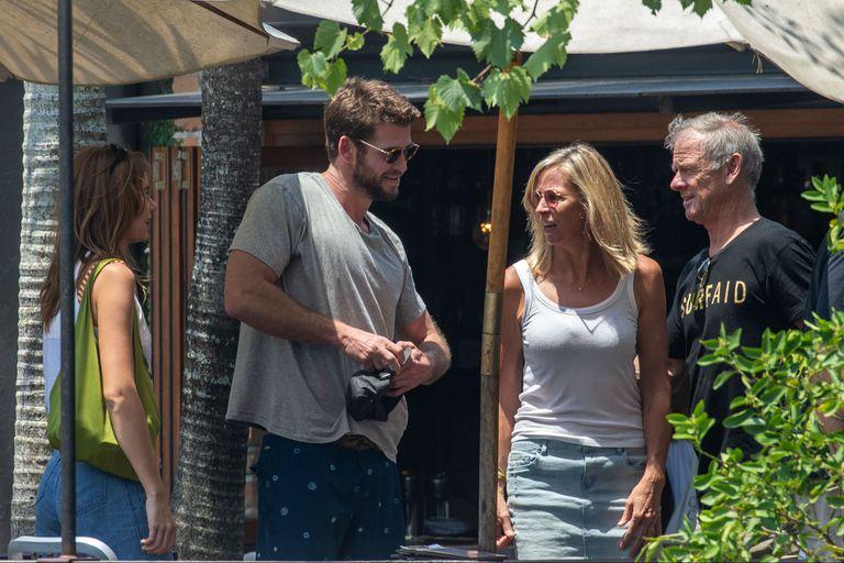 Liam Hemsworth con su novia y sus padres