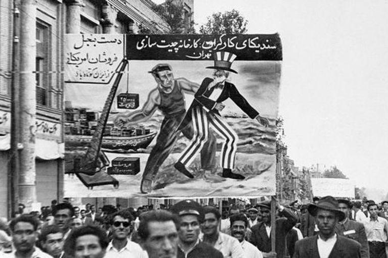 El partido comunista iraní, el Tudeh, jugó un papel importante para exigir la nacionalización del petróleo iraní durante el gobierno de Mossadeq.