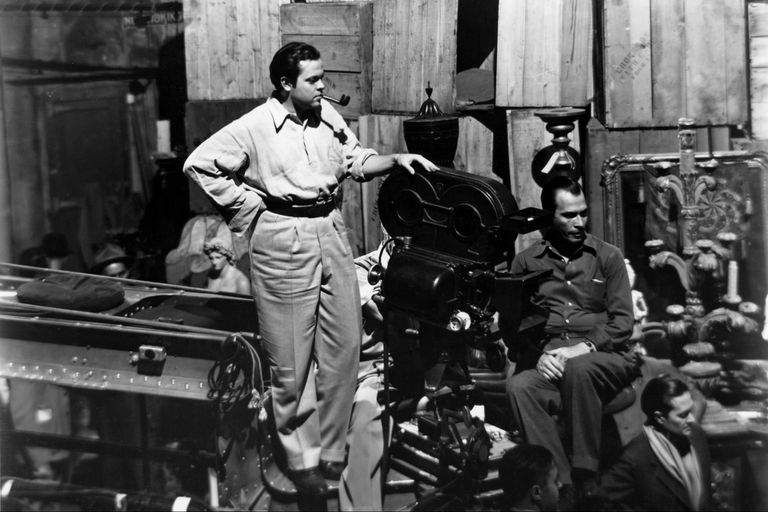 Welles junto a otro de los grandes artistas del film, Gregg Toland, su director de fotografía, creador de los travelings y los juegos con la profundidad de campo que definirían su narración