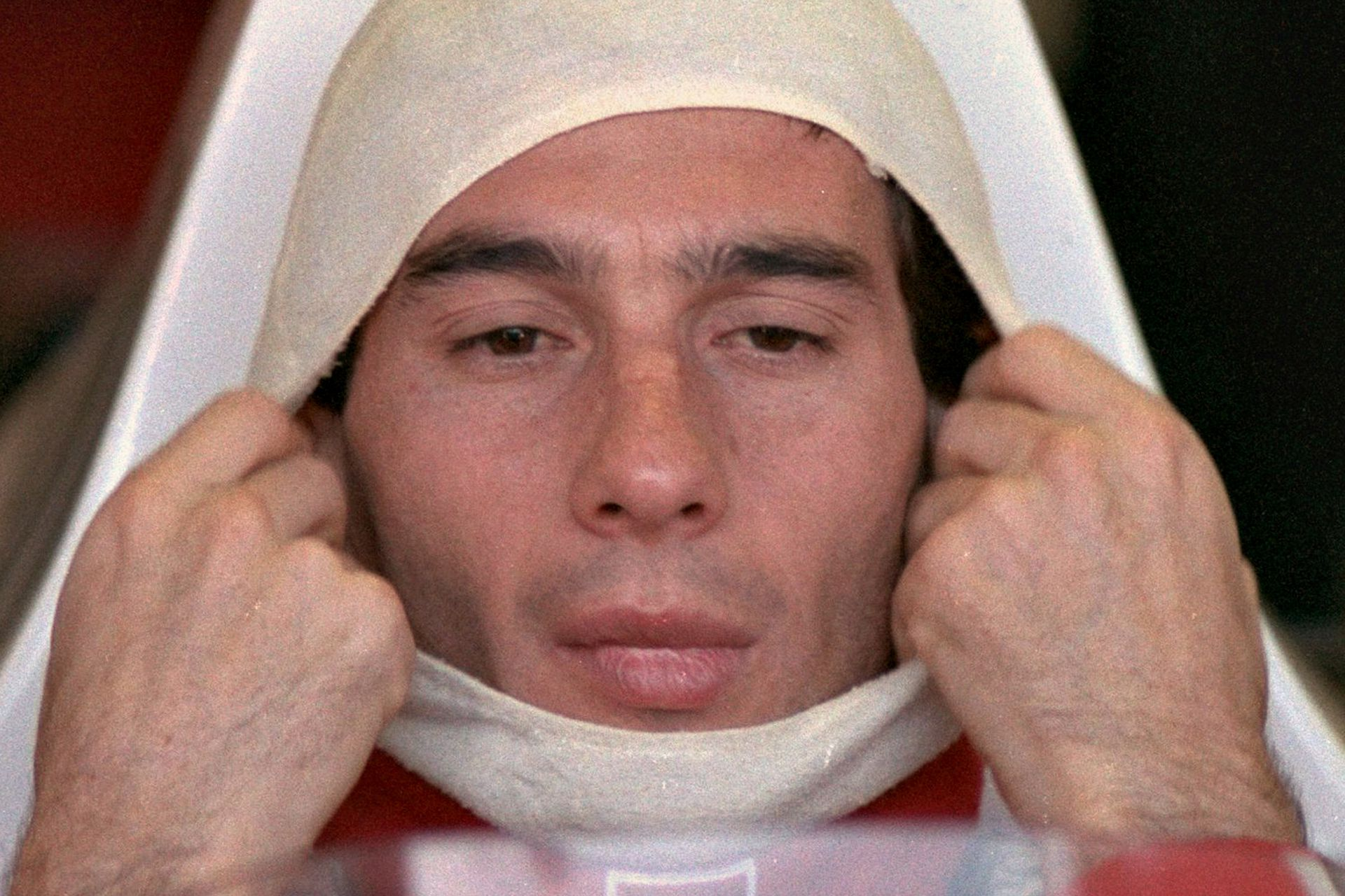 Senna ajusta su protector ignífugo dentro de su McLaren Honda antes de las pruebas clasificatorias en el Gran Premio de Australia, el 4 de noviembre de 1989