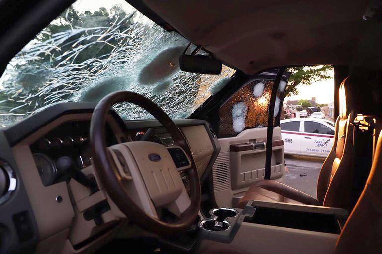 Uno de los vehículos baleados.