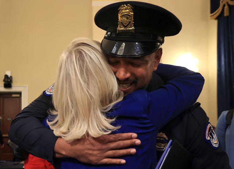 El oficial de policía del Capitolio de EE. UU. Harry Dunn abraza a la Representante de EE. UU. Liz Cheney  después de testificar ante el Comité