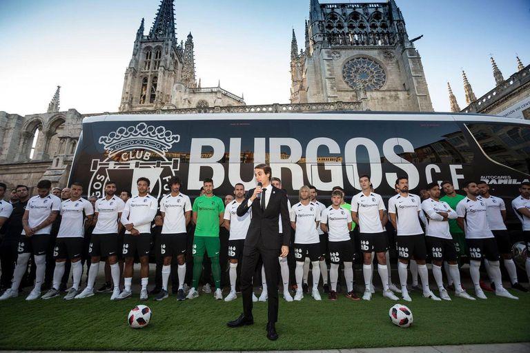Franco Caselli en la presentación del plantel al pie de la catedral de Burgos; lo integran los argentinos Pisculichi, Machín y Minutella