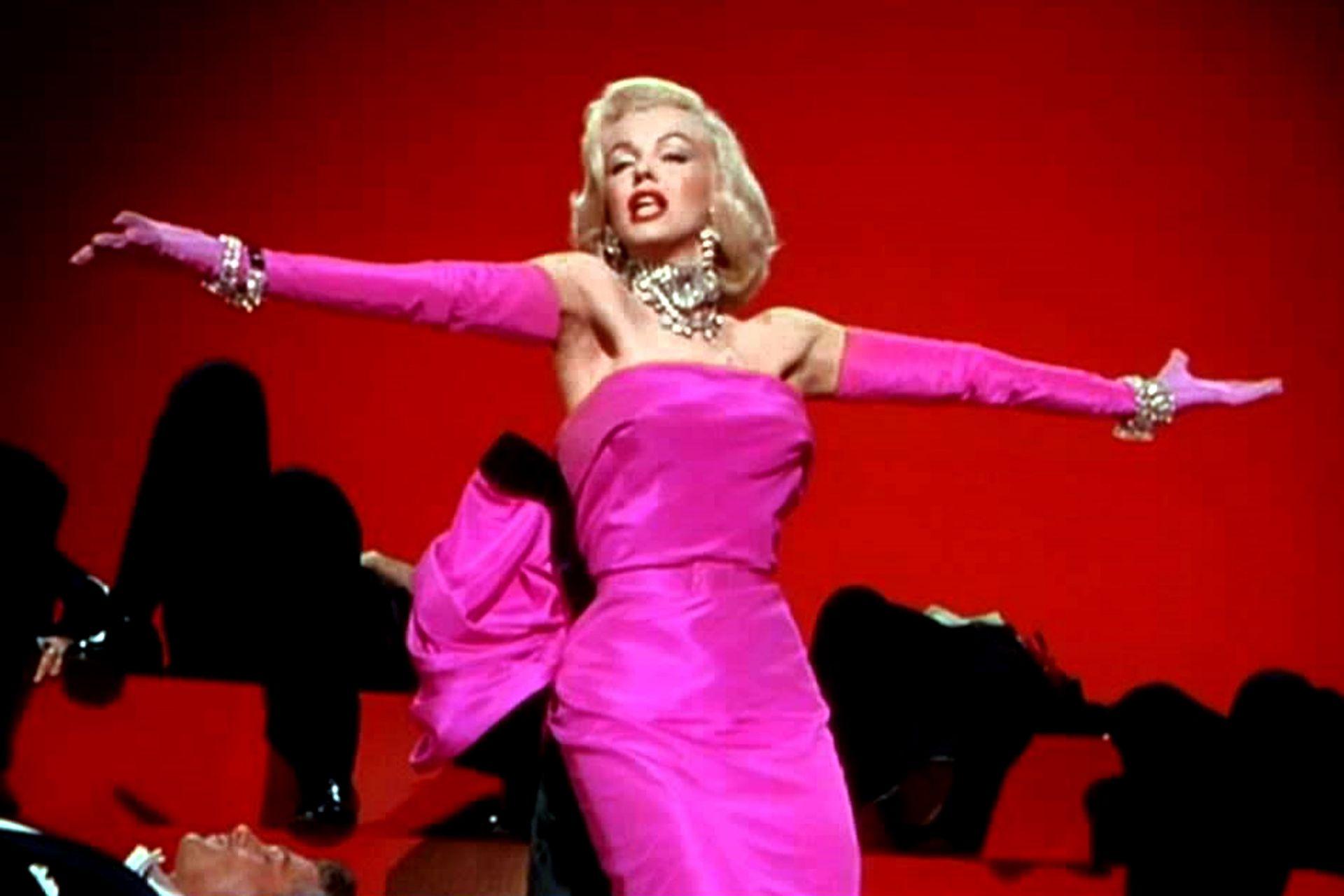 El vestido de Marilyn en Los caballeros las prefieren rubias fue un reemplazo de último momento porque el diseño original era demasiado osado para el estudio