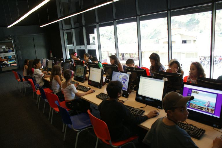 Educación y computación, las llaves de contención y entretenimiento para los chicos de Medellín