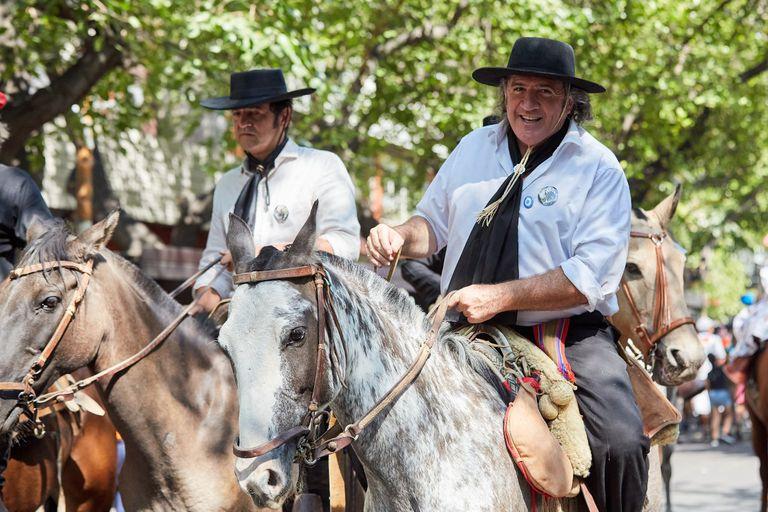 José Luis Ramón desfilando a caballo en el tradicional carrusel vendimial, junto a una agrupación gaucha.