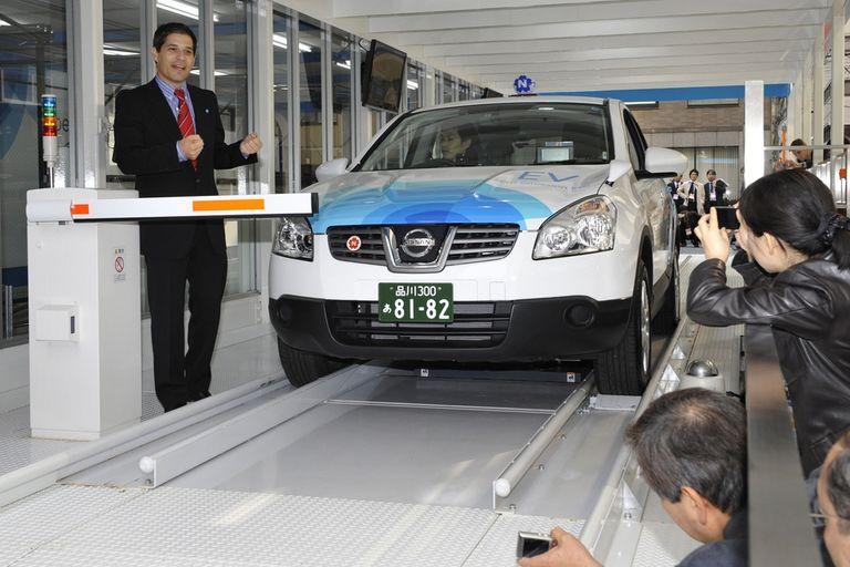 Shai Agassi, fundador de Better Place, en una demostración del recambio de baterías de un vehículo eléctrico en Japón