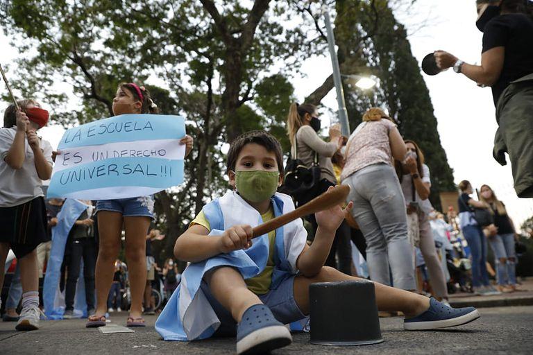 Protestas frente a la quinta de Olivos por la continuidad de las clases presenciales