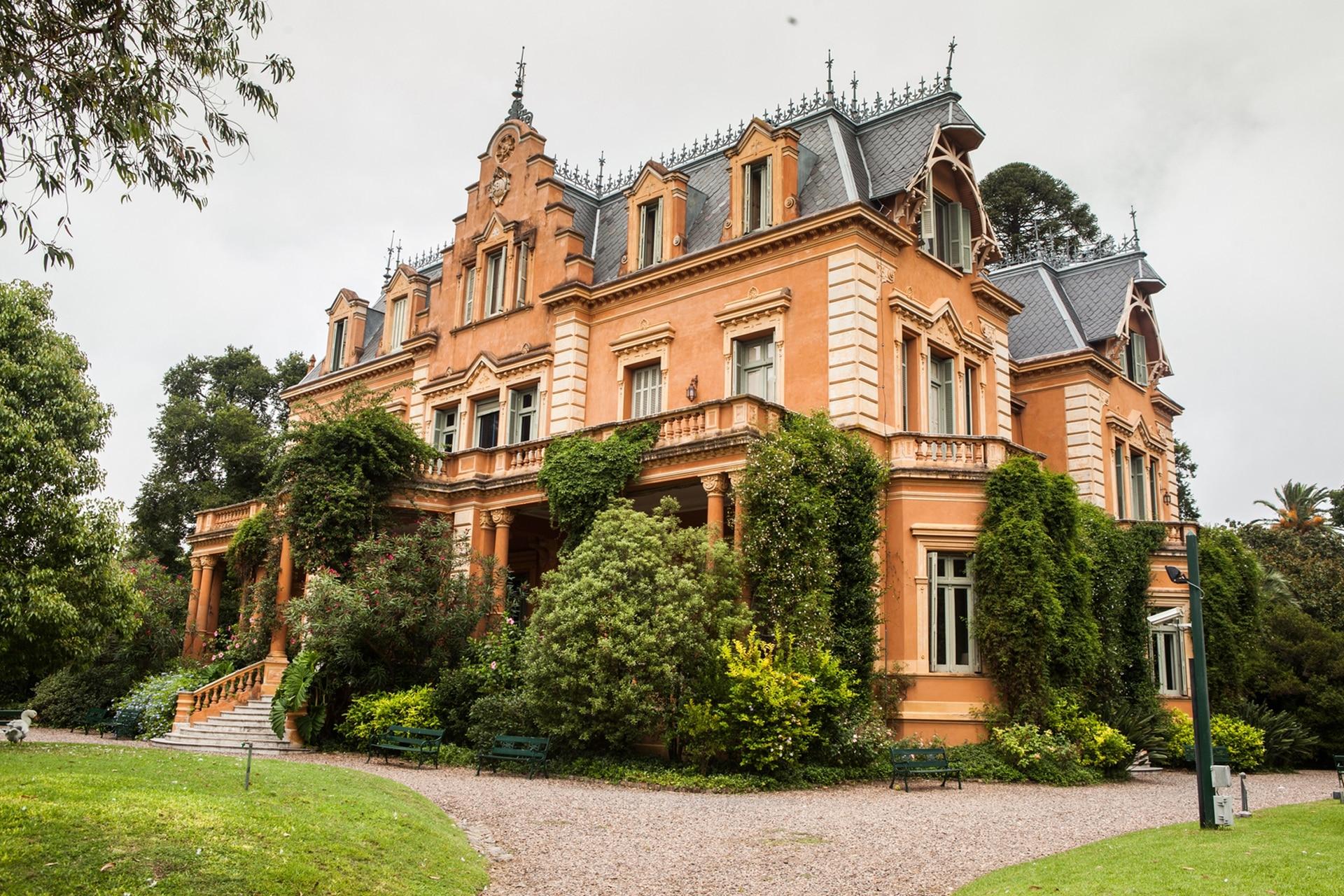 Construida en 1891 por el padre de Victoria, el ingeniero Manuel Ocampo, esta casa fue pensada para pasar de noviembre a marzo. Cuando Béccar quedaba muy lejos del centro de la ciudad.