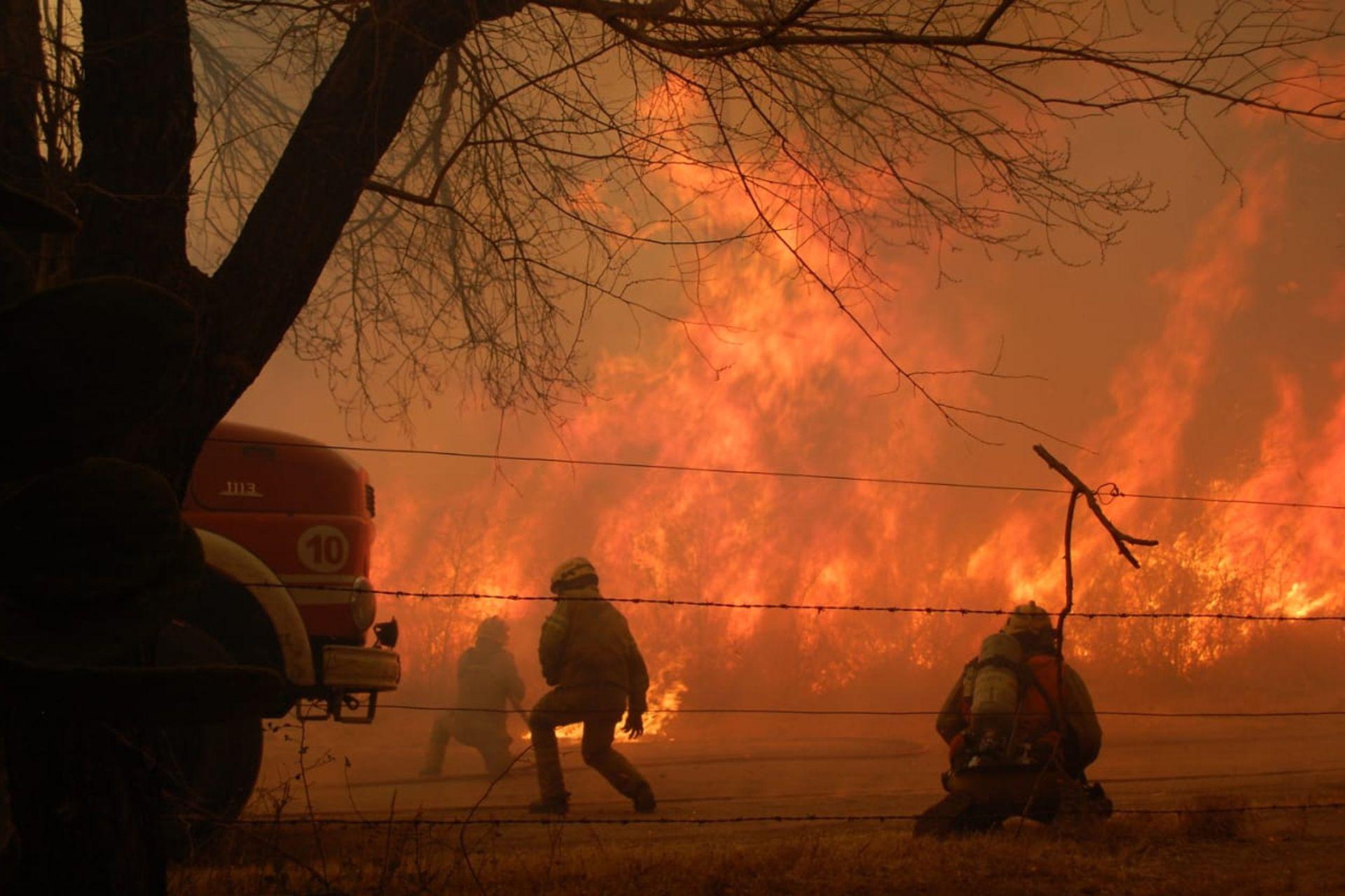 Las autoridades informaron que el fuego está descontrolado, y que el viento y las altas temperaturas empeoran la situación