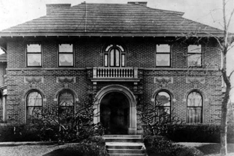 La casa de Los Ángeles donde se mudó el matrimonio Oesterreich, también tenía su propio ático, donde se instaló Sanhuber