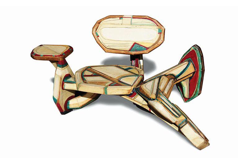 Conjunto de mesa y sillas talladas por Mariano Cornejo.