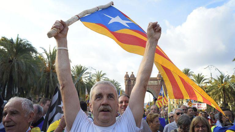 Incertidumbre en Cataluña: Puigdemont no define si declara o no la independencia a horas del plazo español