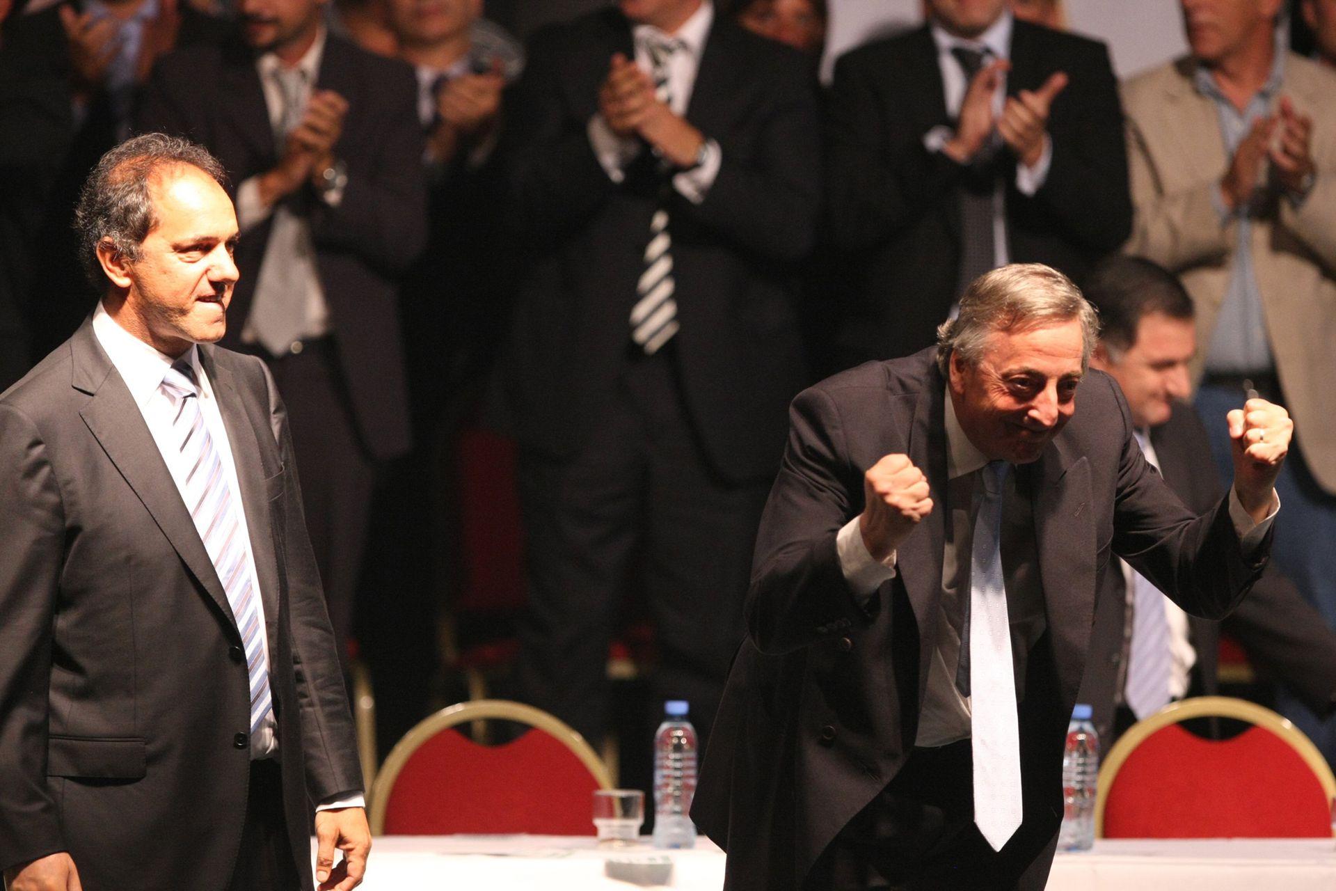 Néstor Kirchner junto a Daniel Scioli en la presentación de los candidatos a las elecciones legislativas de 2009 por el Frente para la Victoria