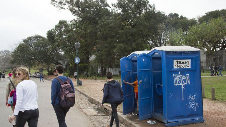 En el parque Tres de Febrero, algunos baños químicos complementan los sanitarios que funcionan hasta las 17