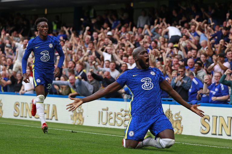 Romelu Lukaku celebra tras anotar el primer gol de Chelsea en la victoria ante Aston Villa, el sábado 11 de septiembre de 2021; ahora, se prepara para la Champions (AP Foto/Ian Walton)