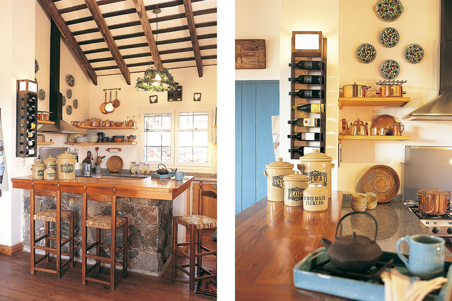 En la cocina, la colección de ollas de bronce y los platos de cerámica pintada invitan a ensayar recetas con la familia y los amigos.