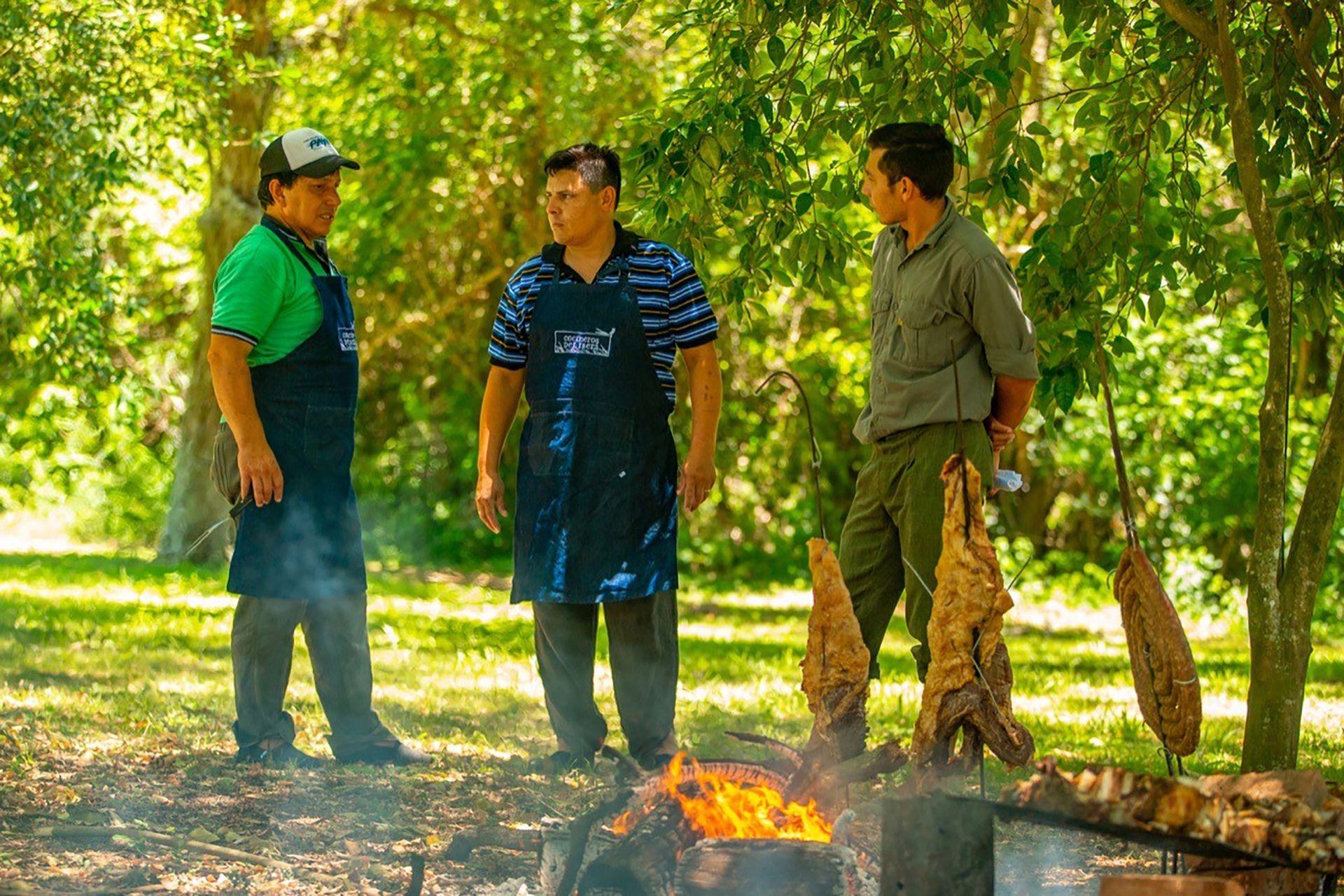 Los cocineros de la Red Iberá preparan el asado para un grupo de turistas en la Isla San Alonso