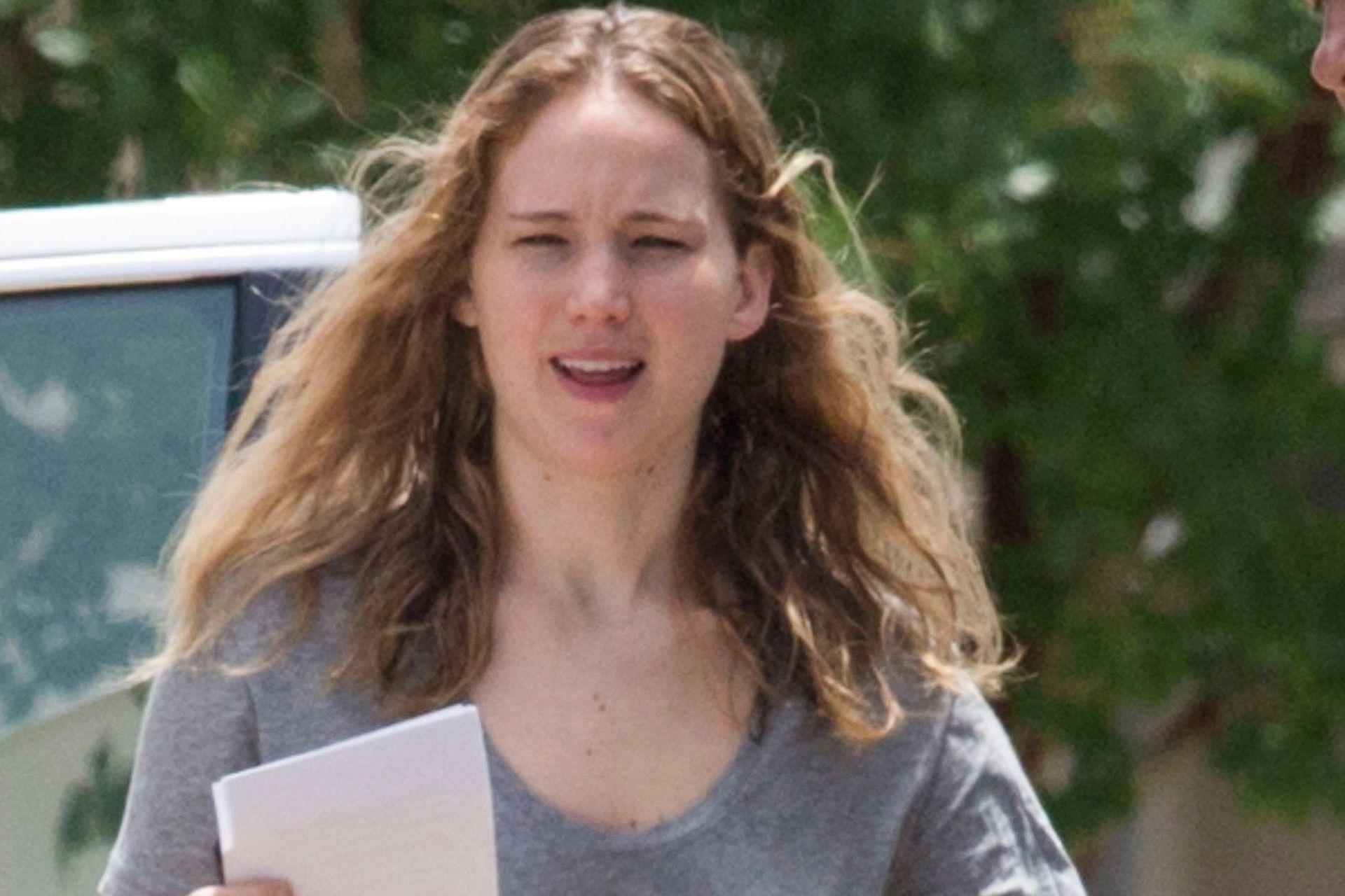 Lejos del glamour hollywoodense, Jennifer Lawrence no duda en mostrarse como una mujer cualquiera durante sus salidas diurnas; por estos días, la actriz se prepara para filmar bajo las órdenes de la debutante directora Lila Neugebauer