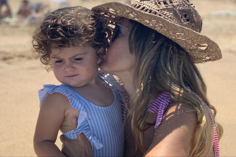 Isabel Macedo y Belita descansan y juegan en la playa uruguaya
