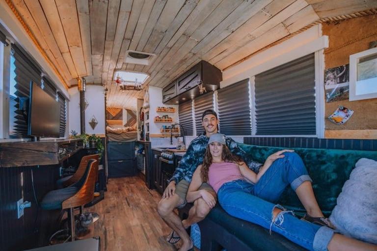 """La pareja de 26 y 25 años comenzó su aventura sobre ruedas en 2019 pero en 2020 decidieron renovar """"las inesperadas fallas"""" que encontraron. Imagen: Insidider"""