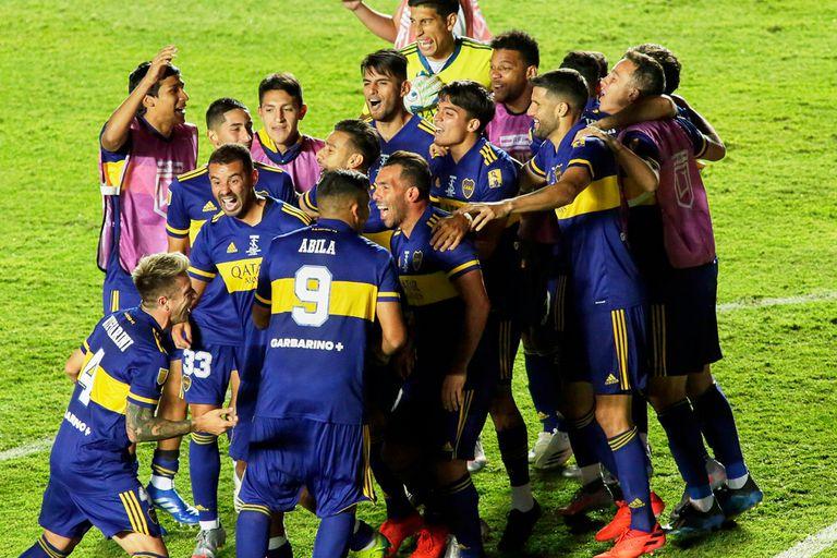 Los jugadores de Boca festejan luego de vencer a Banfield por penales en la final de la Copa Diego Maradona.
