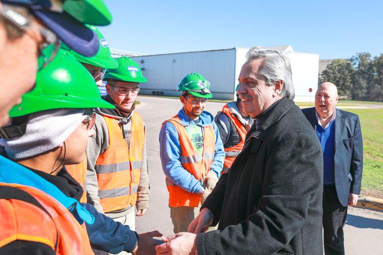 Alberto Fernández recorre la Aceitera General Deheza SA, en Córdoba, junto al empresario Roberto Urquía y el diputado Felipe Solá