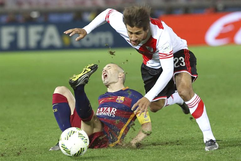 Infracción de Ponzio contra Iniesta: el volante central de River había hecho un buen primer tiempo ante Barcelona en 2015