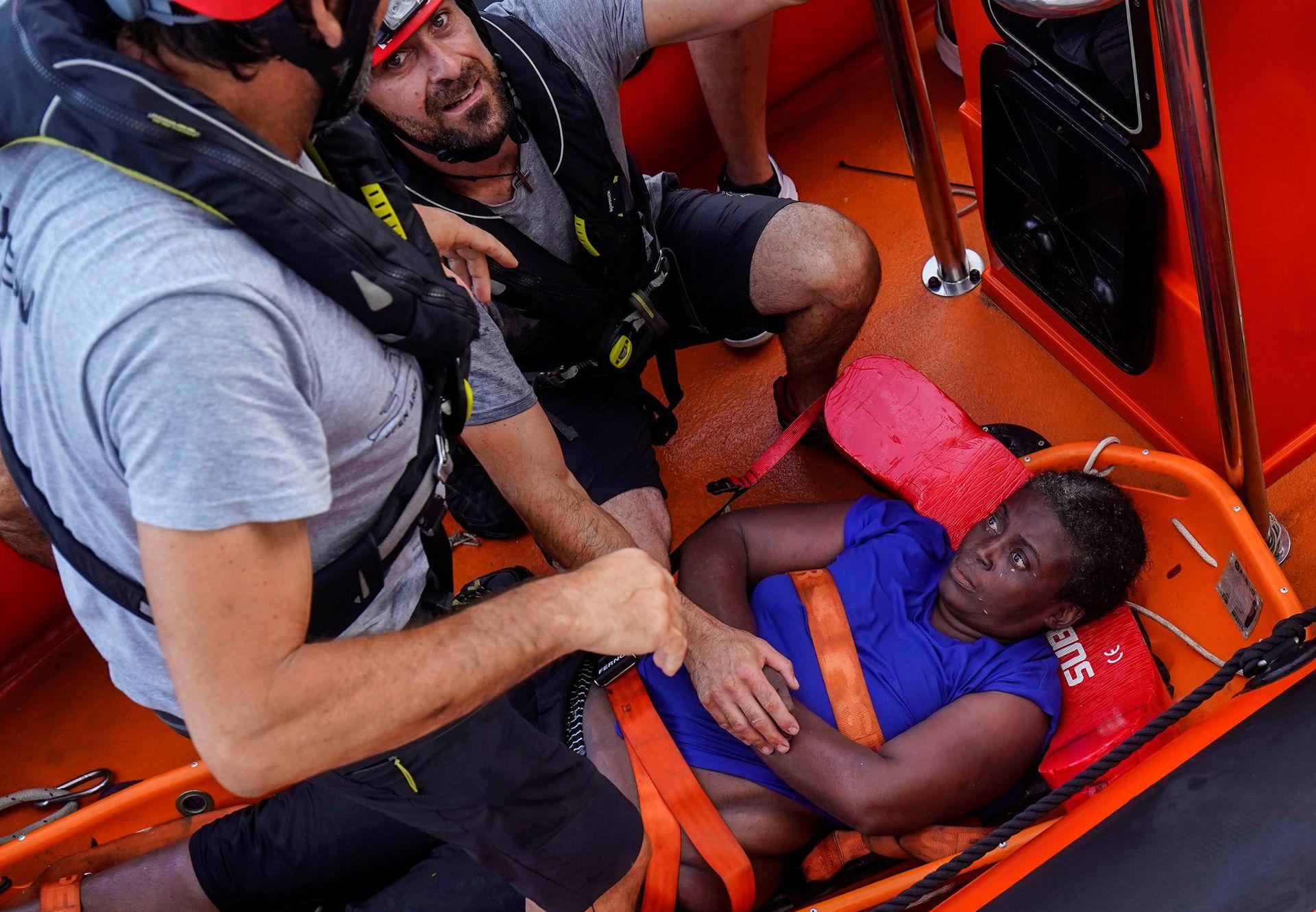 Josepha, una camerunesa de 40 años es asegurada en la camilla para su traslado