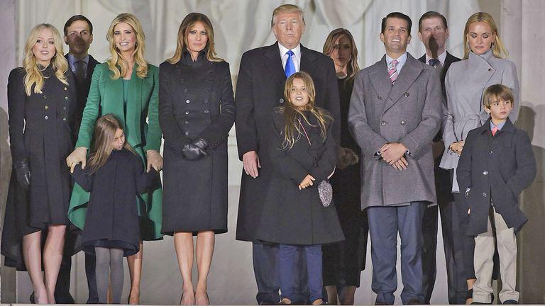 Trump junto a su familia, anoche, durante la celebración en  el Lincoln Memorial en Washington