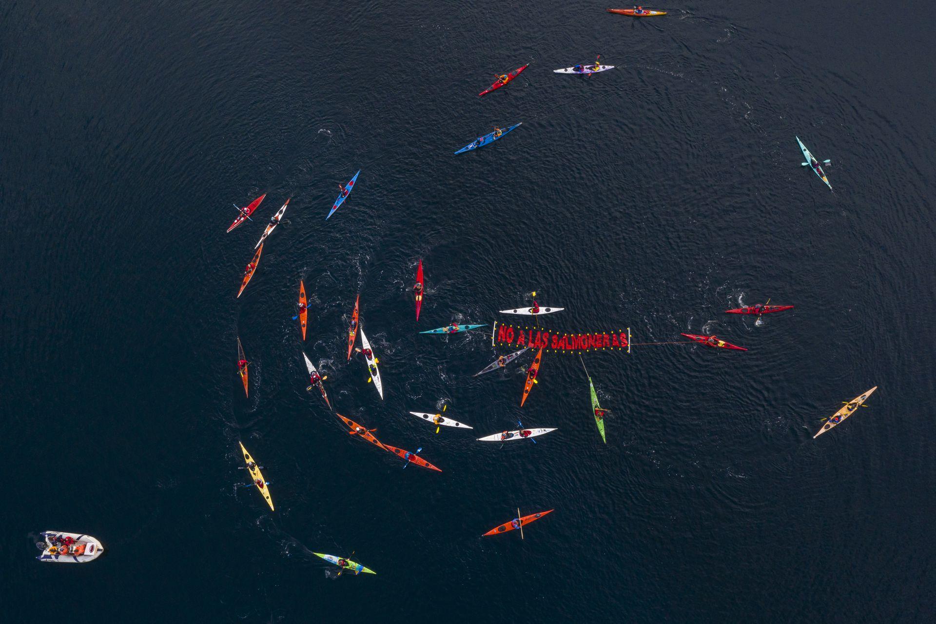 Las instalación de salmoneras en el Canal de Beagle representa una amenaza ambiental para dicho ecosistema marino. Foto: Gentileza Sin Azul No Hay Verde