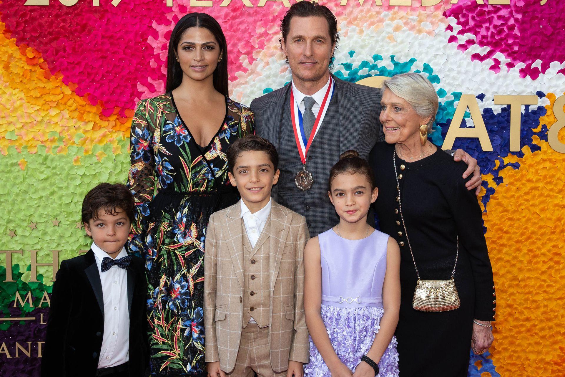 Matthew junto a Camila Alves y sus tes hijos: Levi, Vida y Livingston