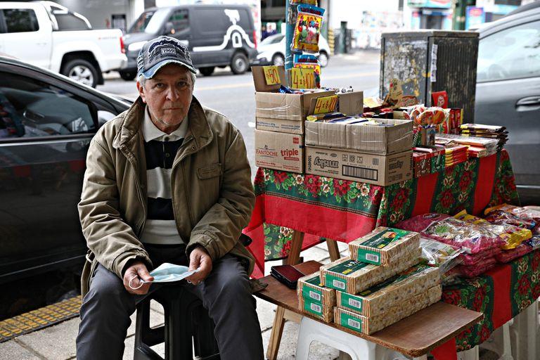 """""""A veces son necesarias grandes soluciones para los grandes problemas"""", cree Miguel, un hombre de 74 años que atiende un kiosco en Mataderos"""