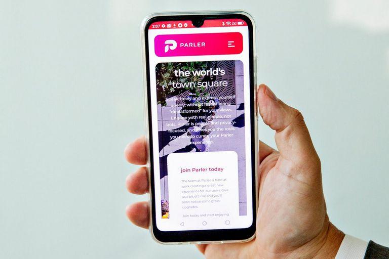 Un Teléfono de la Libertad muestra la aplicación Parler, que ha sido retirada de Apple, Google y Amazon este año