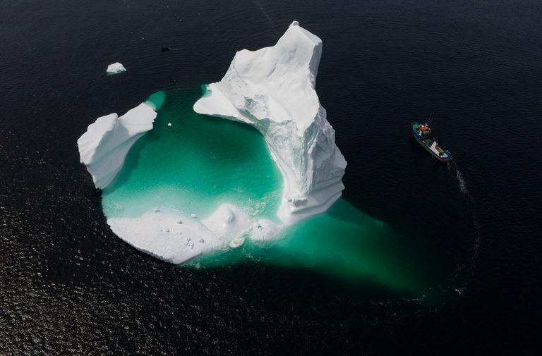 Esta foto aérea muestra el barco del Capitán Edward Kean pasando un iceberg en la Bahía de Bonavista el 29 de junio de 2019 en Newfoundland, Canadá