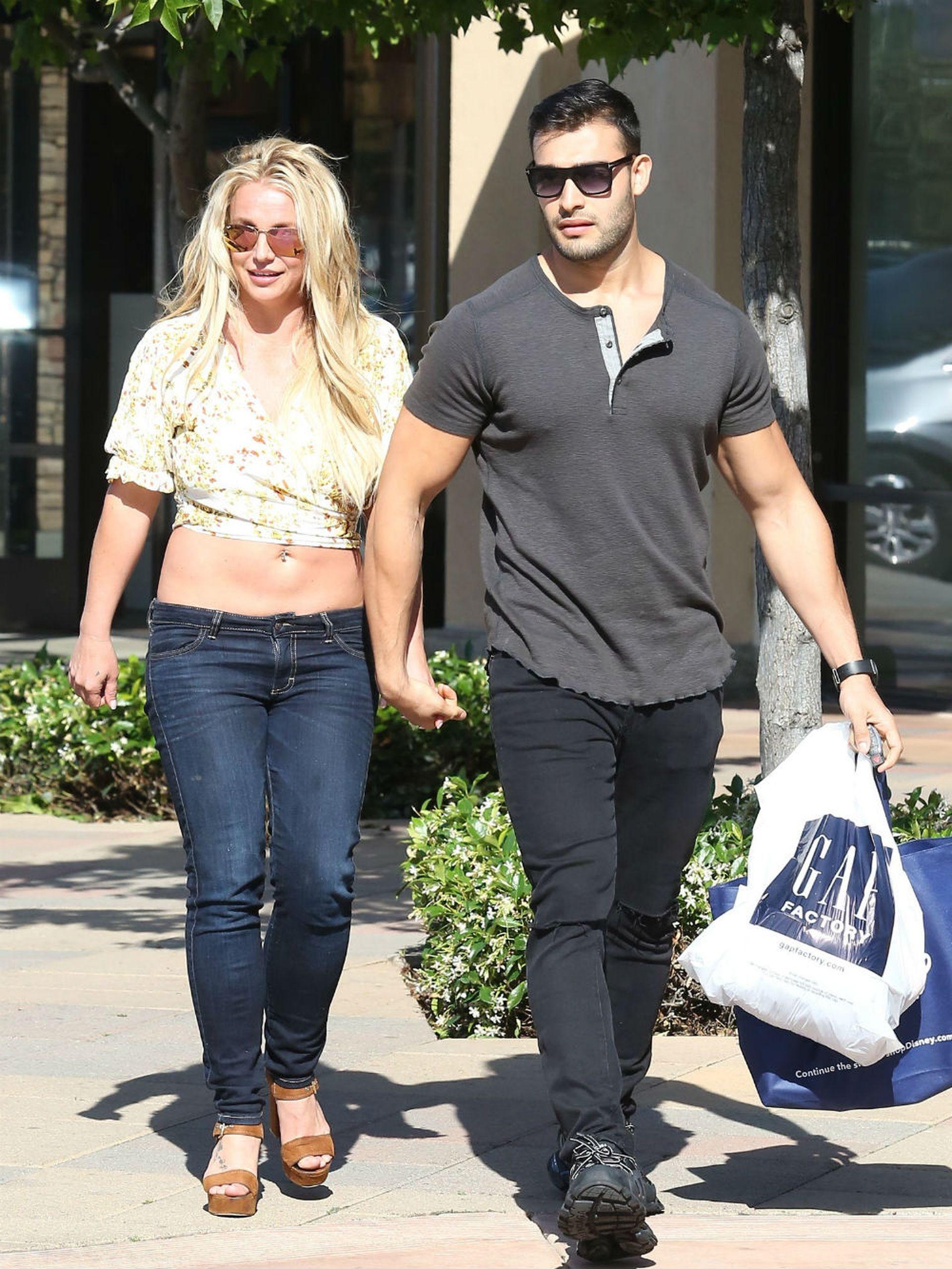 Si bien su manager dice lo contrario, Britney Spears aprovechó el asedio periodístico en una salida a un shopping de California con su novio Sam Asghari para desmentir su retiro de los escenarios
