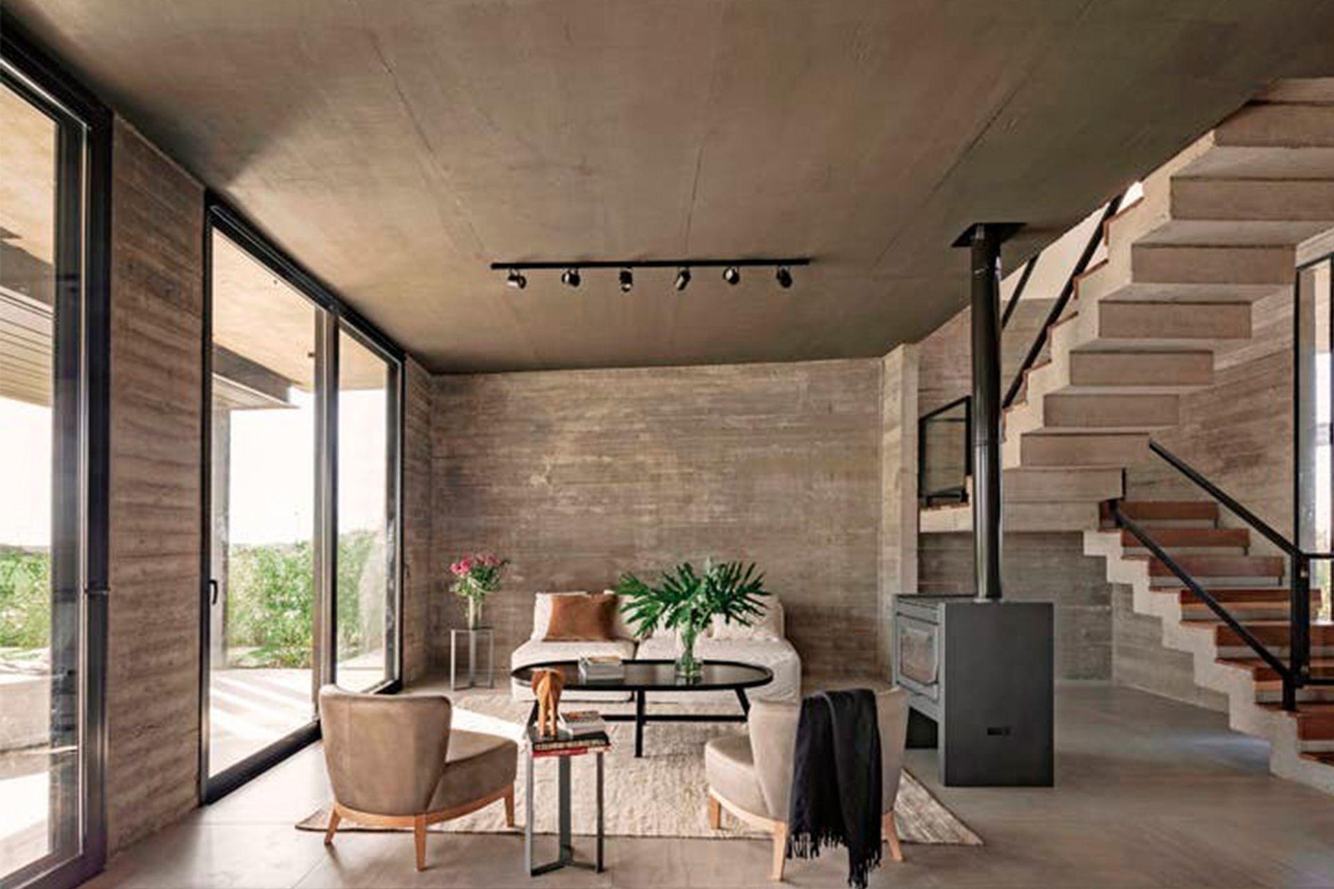 Sillones individuales, mesa de arrime, de centro y sofá (todo, BAM! Arquitectura) con funda en tussor (Casa Almacén). Alfombra (Awanay).