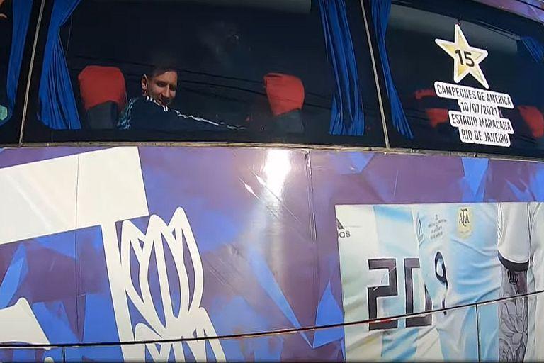 Messi en el Colectivo del seleccionado Argentino llegando al predio deportivo de la AFA en Ezeiza.