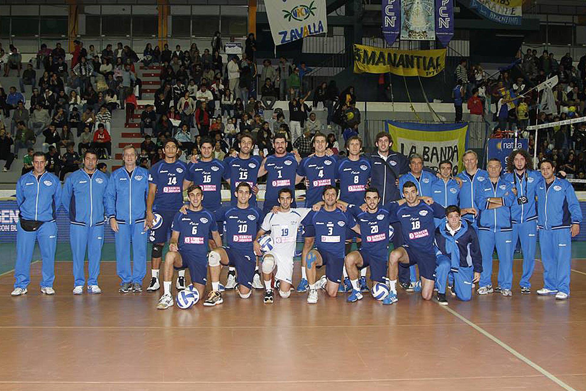 Facundo (con la camiseta número 15) junto a sus compañeros del Lomas, el equipo donde habló por primera vez de su orientación sexual a los 22 años, hace exactamente una década.