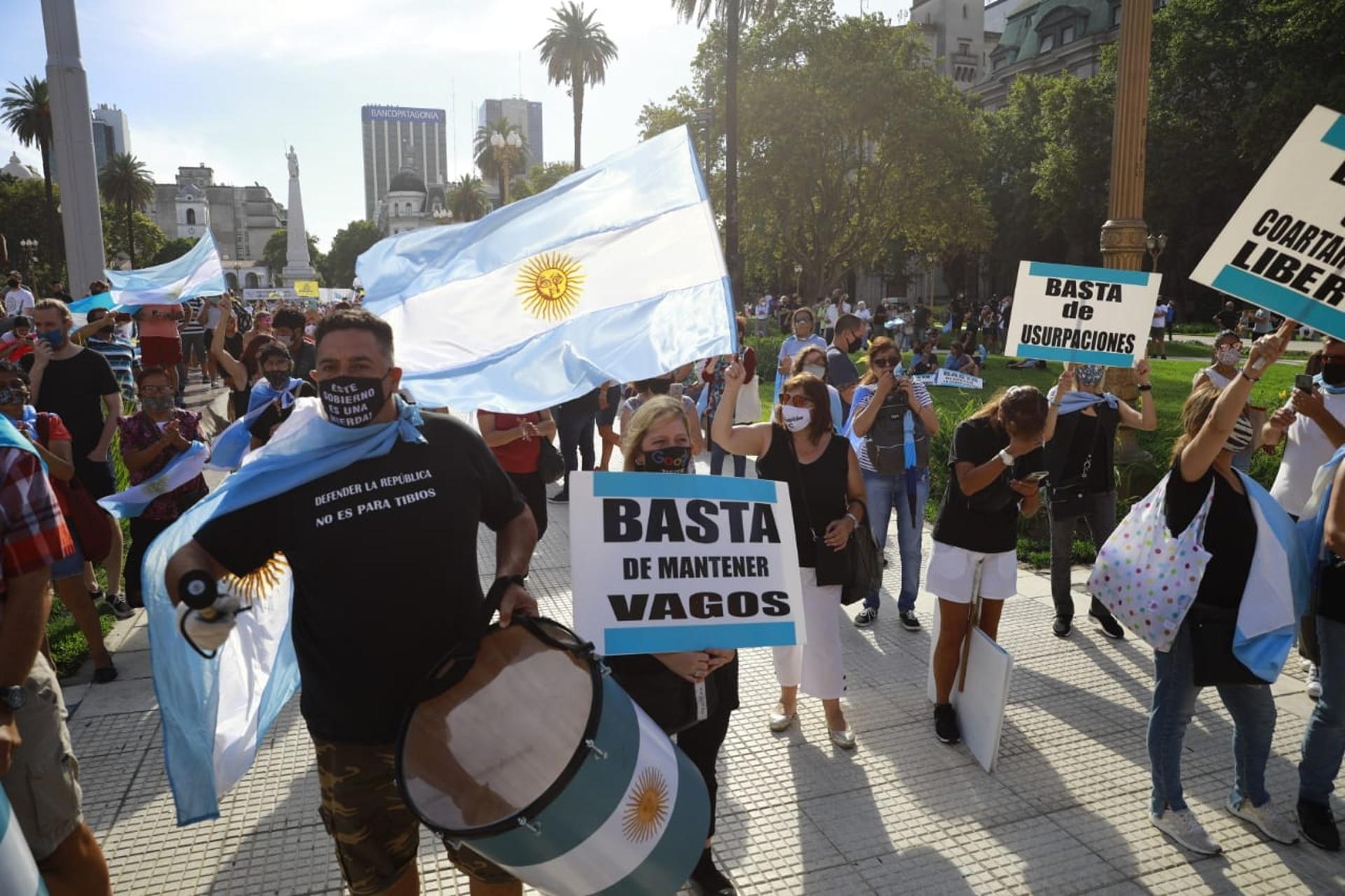 Los manifestantes llegaron frente a la Casa Rosada portando pancartas con distintas consignas