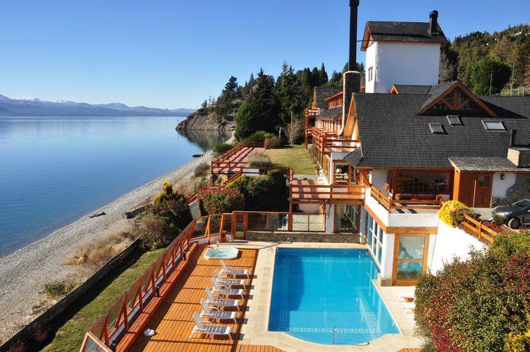 La terraza sobre el lago Nahuel Huapi es uno de puntos destacados de Apart del Lago