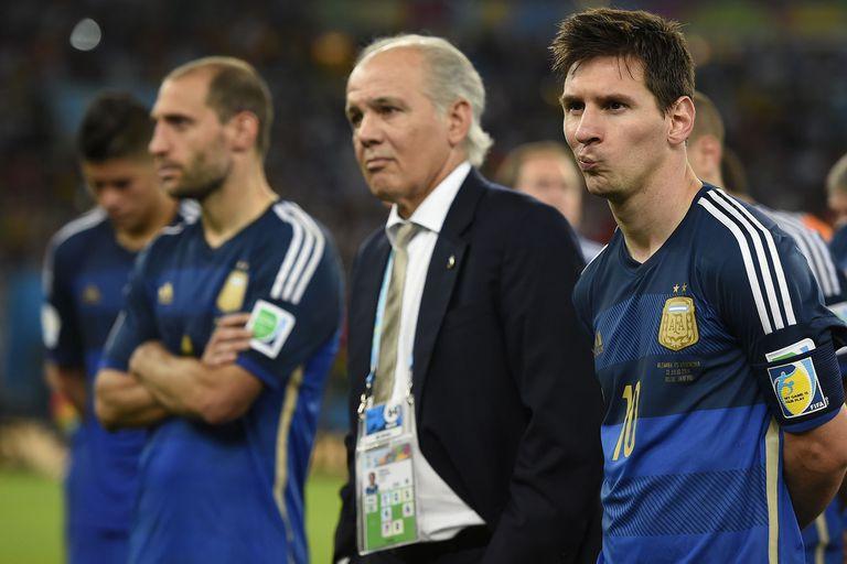 Tan cerca, pero tan cerca estuvo la selección en el Maracaná... Sabella acompaña a Messi y al resto del plantel en la coronación de Alemania en Brasil 2014