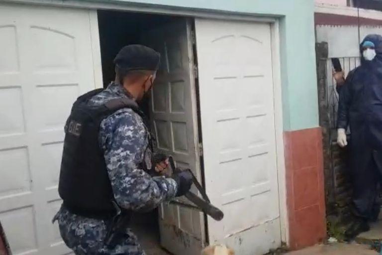 """Hace un mes, la policía formoseña realizó un allanamiento en una casa de familia para detener a un contagiado por el Covid-19 y trasladarlo por la fuerza a un centro de aislamiento. El caso fue denunciado por los vecinos como un """"avasallamiento brutal"""""""