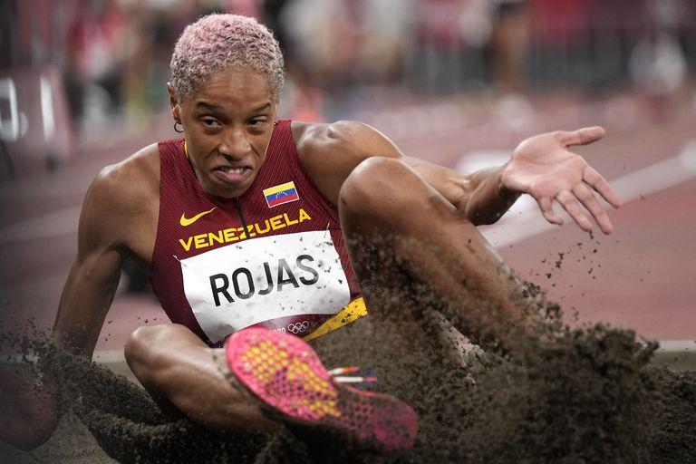 La venezolana Yulimar Rojas aterriza en la arena durante su único intento en la clasificación de salto triple, en Tokio 2020; fue la mejor de todas las competidoras con 14,77 metros y estará en la final.