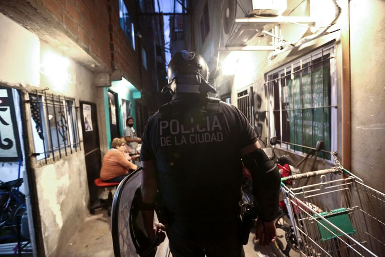 Despliegue de grupos tácticos de la Policía de la Ciudad en El Playón de la villa Fraga, el asentamiento situado detrás de la estación Federico Lacroze del ferrocarril Urquiza