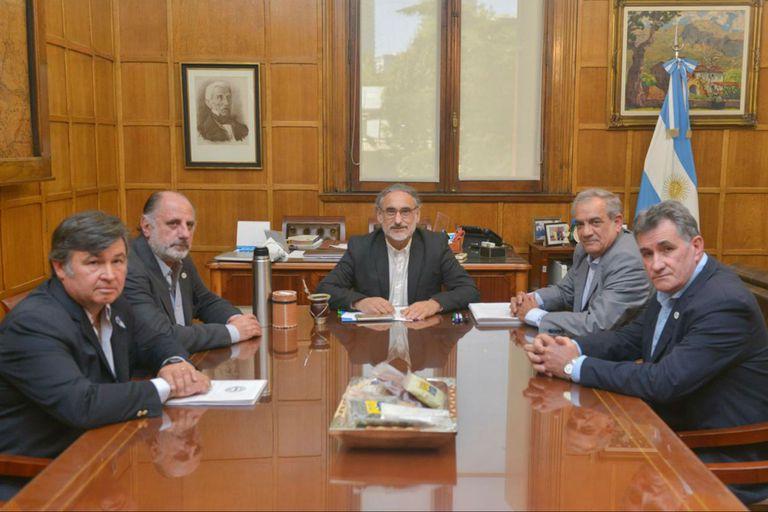 Daniel Pelegrina (SRA), Jorge Chemes (CRA), el ministro Luis Basterra, Carlos Iannizzotto (Coninagro) y Carlos Achetoni (FAA)
